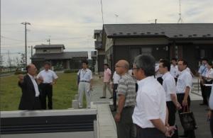 災害公営住宅で齋藤俊夫町長の説明を聞く