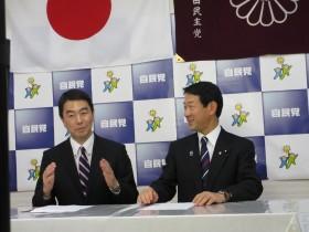 村井よしひろ知事(左)と伊藤信太郎会長(右)