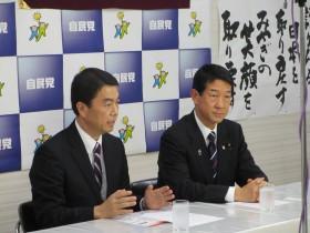 復興にかける決意を語る村井よしひろ知事(左)