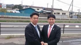 松本洋平党青年局長と須田善明女川町長