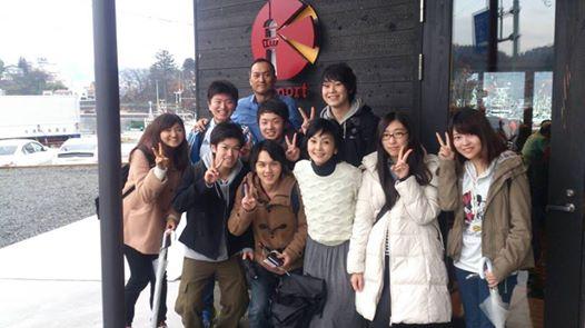 俳優の渡辺謙さん・南果歩さん夫妻といっしょに記念写真