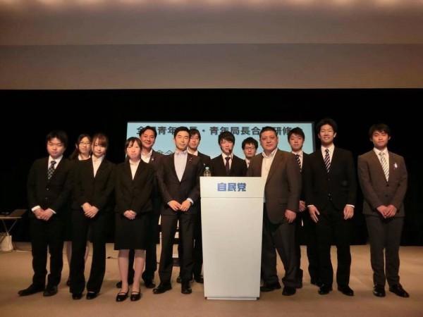 牧原青年局長を囲んで学生部で記念写真(^^)